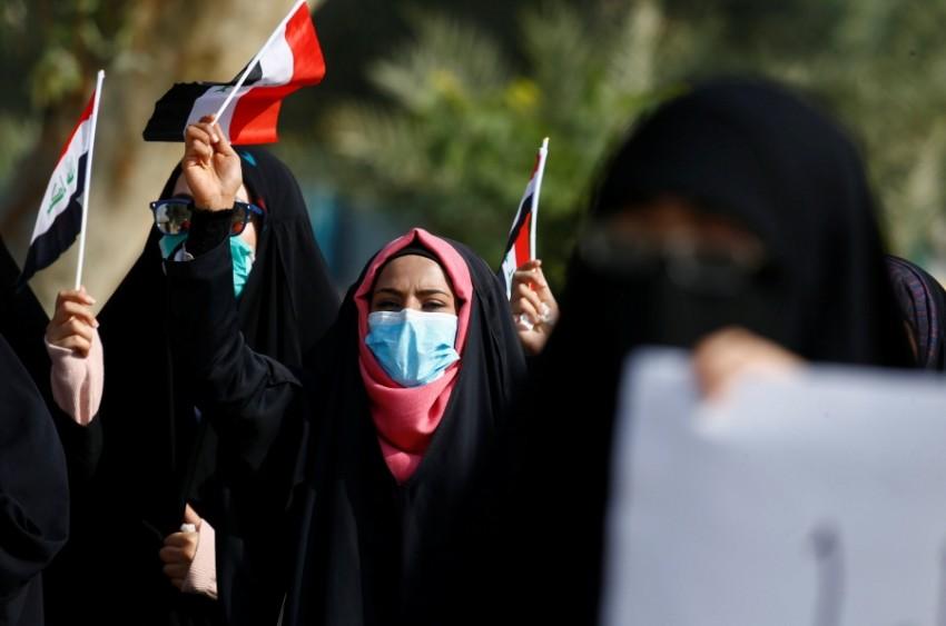 متظاهرة عراقية خلال احتجاجات مناهضة للحكومة. (رويترز)
