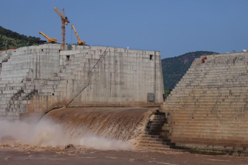 المياه تتدفق عبر سد النهضة في إثيوبيا. (رويترز)