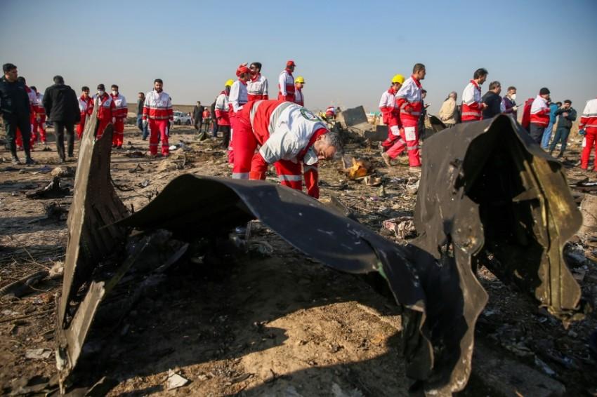 عمال بالهلال الأحمر الدولي عند موقع سقوط طائرة الركاب الأوكرانية المنكوبة في طهران. (رويترز)