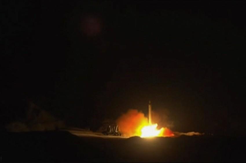 صورة بثتها إيران لقصف قواعد تضم أمريكيين بالعراق (أي بي أيه)