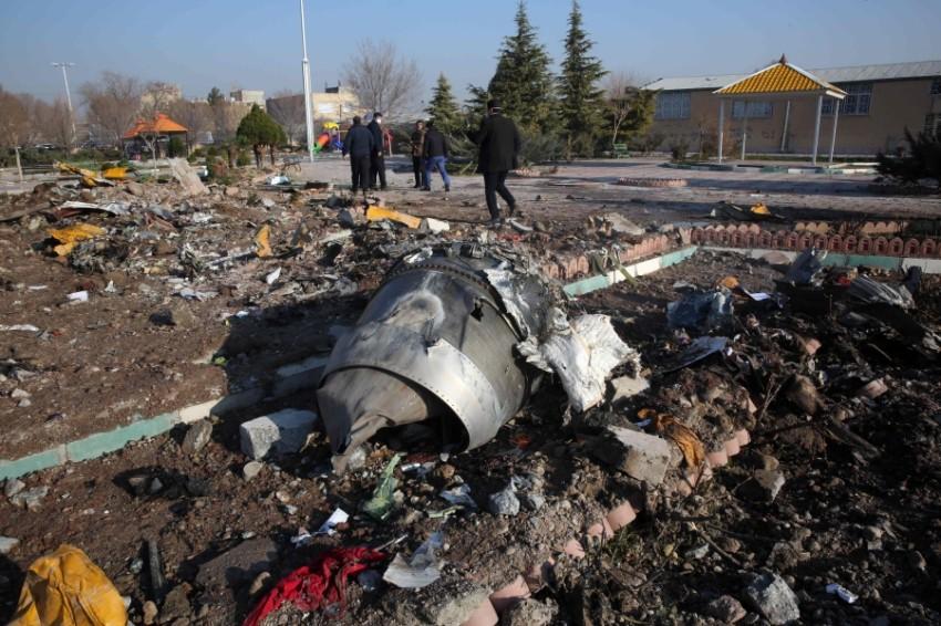 حطام الطائرة الأوكرانية التي أسقطتها إيران بطريق الخطأ (أ ف ب)