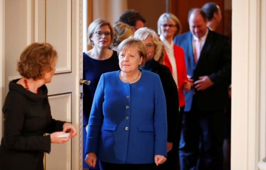 ميركل مع أعضاء حكومتها (رويترز)
