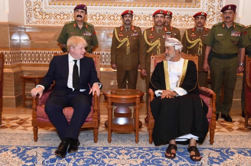 السلطان هيثم بن طارق خلال استقباله بوريس جونسون ( العمانية)