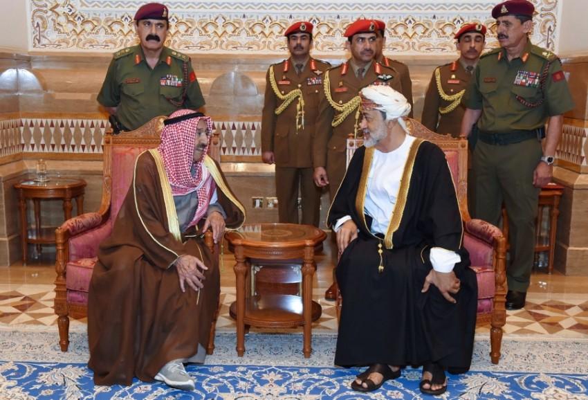 السلطان هيثم بن طارق خلال استقباله أمير الكويت ( العمانية)