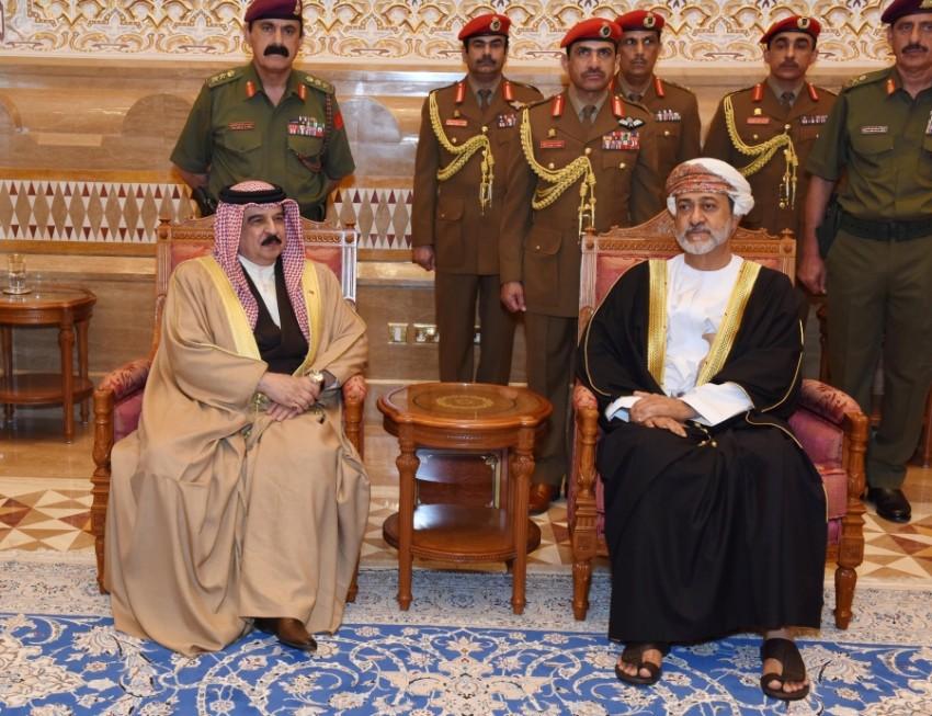السلطان هيثم بن طارق خلال استقباله ملك البحرين حمد بن عيسى (العمانية)