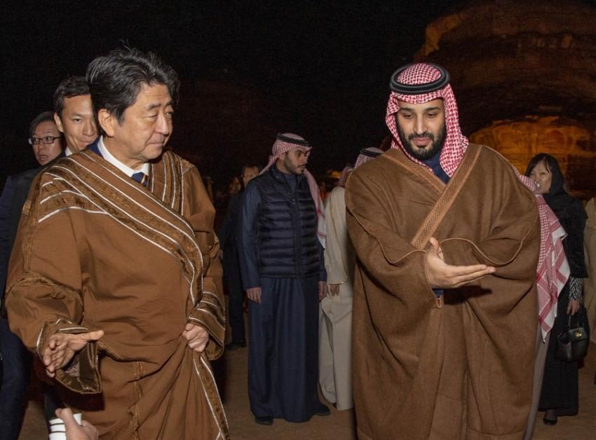 رئيس الوزراء الياباني شينزو آبي بصحبة ولي العهد السعودي (أ ف ب)