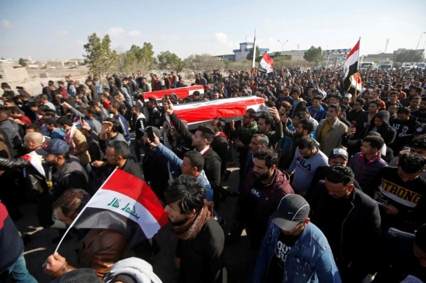 تشييع جثماني صحافيين عراقيين في البصرة. (رويترز)