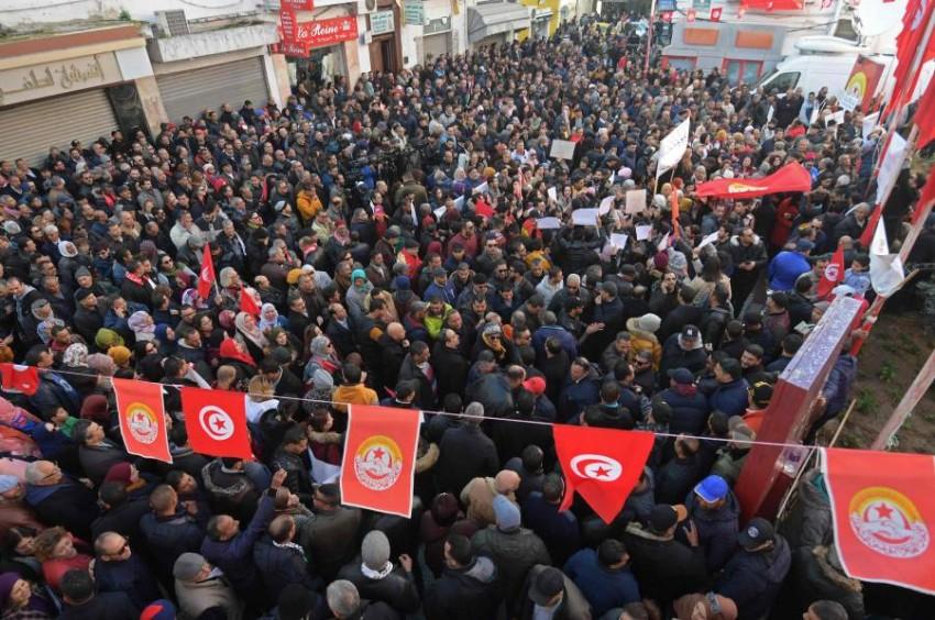 تونسيون يشاركون في مسيرة لإحياء ذكرى الثورة في تونس اليوم. (أ ف ب)