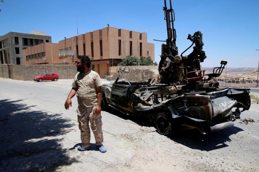 أحد عناصر ميليشيات طرابلس المدعومة من تركيا. (رويترز)