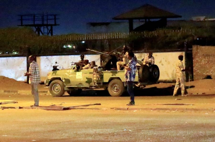أفراد من قوات الدعم السريع خارج مقر للمخابرات السودانية في الخرطوم. (رويترز)