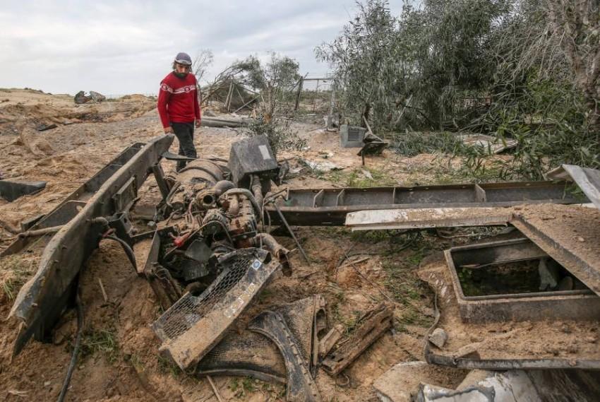 فلسطيني يتفقد موع استهدفه الاحتلال في رفخ بقطاع غزة (أ ف ب)