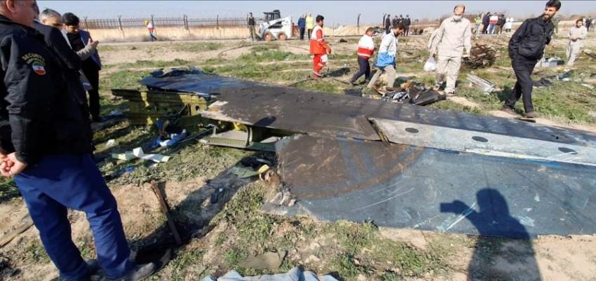 عمال إنقاذ بموقع سقوط الطائرة الأوكرانية المنكوبة في إيران. (رويترز)
