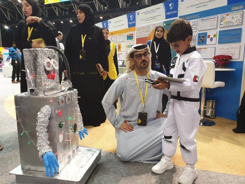 وزير التربية والتعليم يتابع الطفل بطي المزروعي في المهرجان الوطني للابتكار.