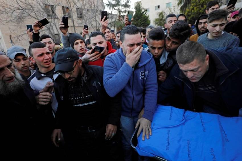 فلسطينيون يبكون فتى قُتل برصاص الجيش الإسرائيلي في الضفة الغربية. (رويترز)