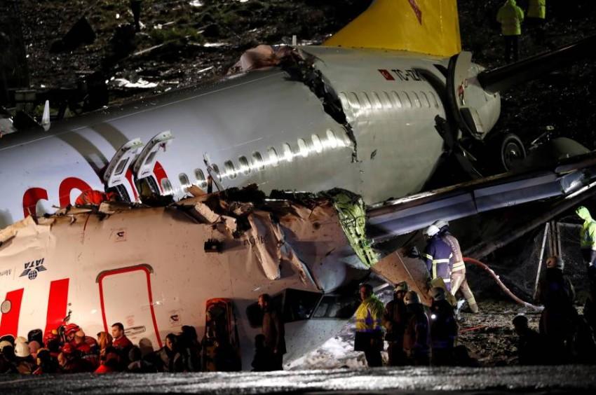 عمال إنقاذ يجلون ركاب طائرة انشطرت في مطار صبيحة الدولي بإسطنبول. (رويترز)