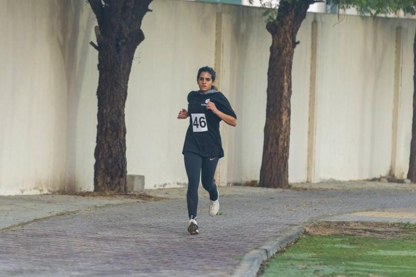 العدّاءة الإماراتية سارة العلمان لاعبة نادي الشارقة الرياضي للمرأة الحائزة على الميدالية الذهبية.