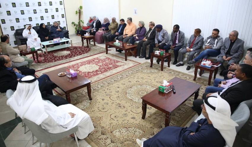 الحضور أثناء الجلسة التي نظمتها جمعية الصحفيين الإماراتية