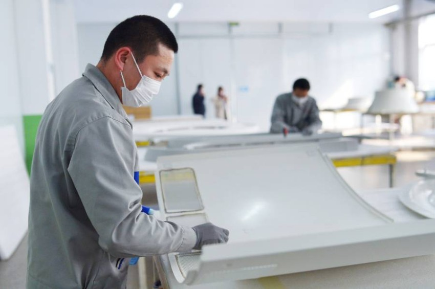 عامل داخل مصنع في الصين. (إي بي أيه)