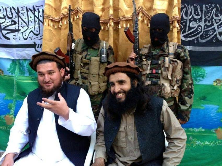 إحسان الله إحسان، المتحدث السابق باسم حركة طالبان باكستان (يسار). أرشيفية.