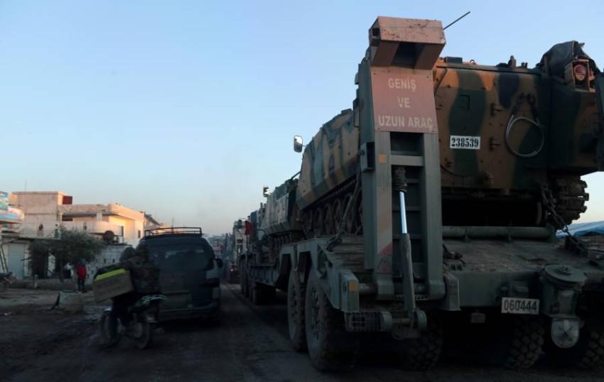 شاحنات تركية تحمل آليات عسكرية تصل الى إدلب السورية. (رويترز)