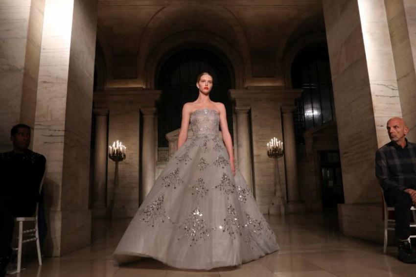 فستان سهرة بتصميم أنيق من أوسكار دي لا رينتا