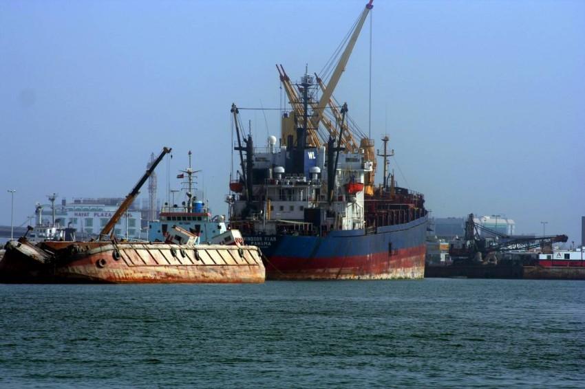 حركة الشحن البحري.