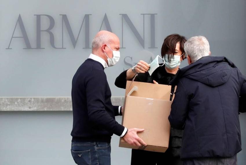 توزيع الكمامات على العاملين في فريق جورجيو أرماني