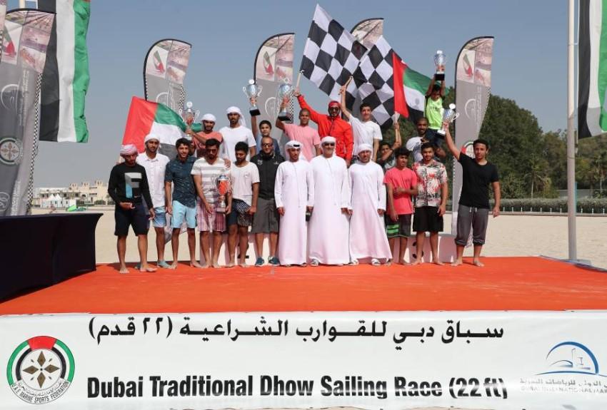 حارب والقمزي والنقبي يتوسطون أبطال سباق دبي للقوارب الشراعية المحلية 22 قدماً. (من المصدر)