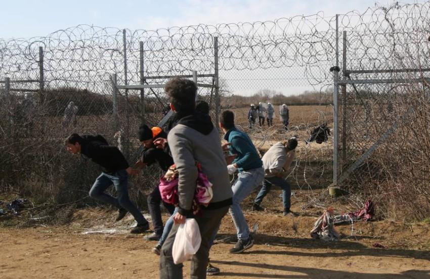 مهاجرون يقذفون حرس الحدود اليوناني بالحجارة (أ ف ب)