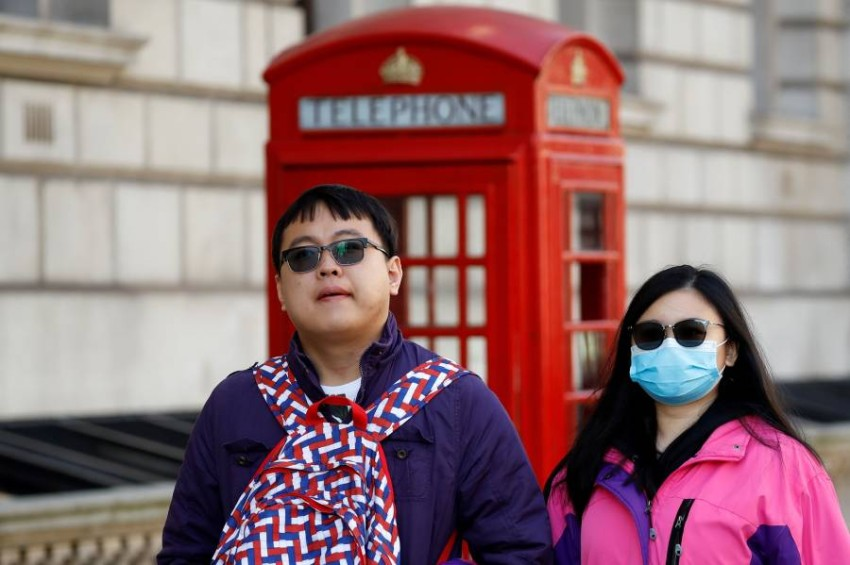 ارتداء الكمامات الواقية أصبح مشهدا مألوفا في جميع دول العالم (أ ف ب)