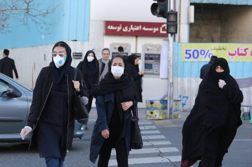 إيرانيات يرتدين أقنعة واقية في طهران بعد تفشي فيروس كورونا في البلاد. (أ ف ب)