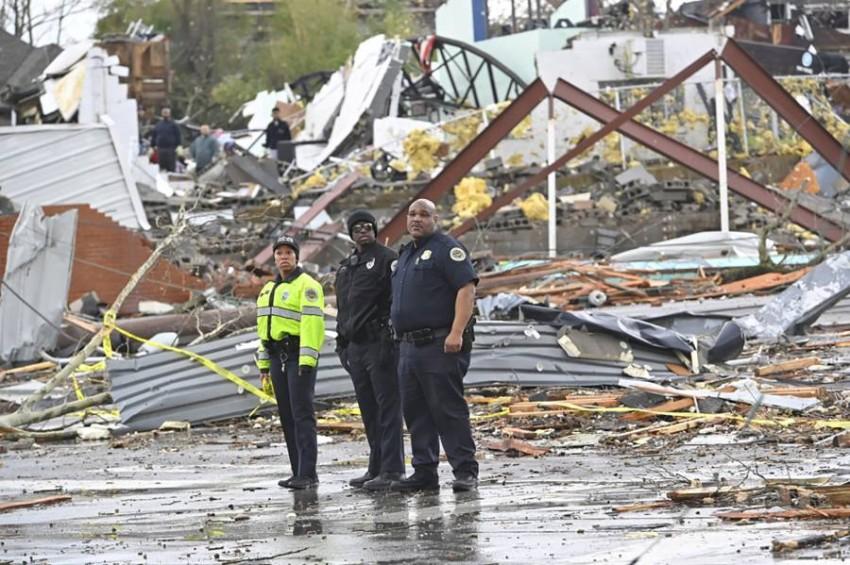أفراد من الشرطة في موقع متضرر من الزوابع بولاية تينيسي الأمريكية. (رويترز)