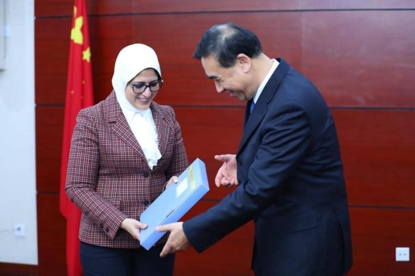 هالة زايدة تتسلم من نظيرها الصيني في بكين الوثائق الفنية للتعامل مع كورونا. (الرؤية)