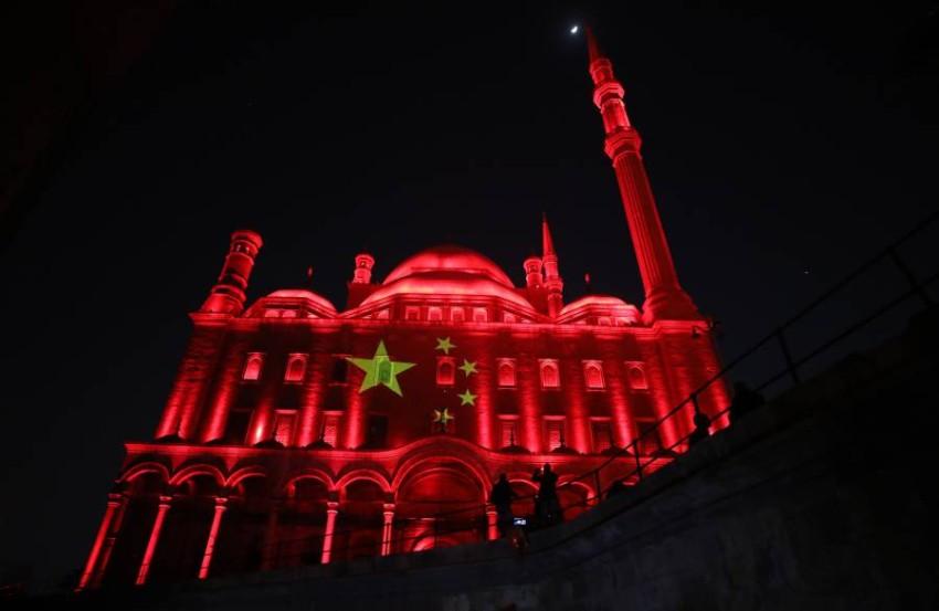 الأضواء ترسم علم الصين على قلعة صلاح الدين الأثرية بالقاهرة. (إي بي إيه)