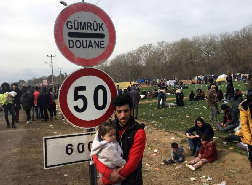ماهجرون ينتظرون عند الحدود التركية اليونانية (رويترز)