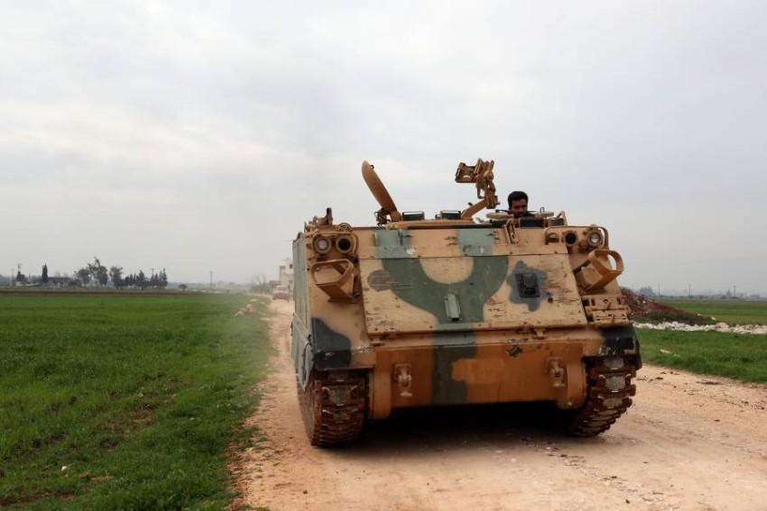 مدرعة تابعة للقوات المدعومة من تركيا في إدلب. (أ ف ب)