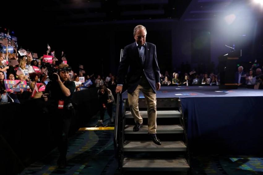 مايكل بلومبرغ يغادر المنصة بعد تحية أنصاره في فلوريدا.(رويترز)