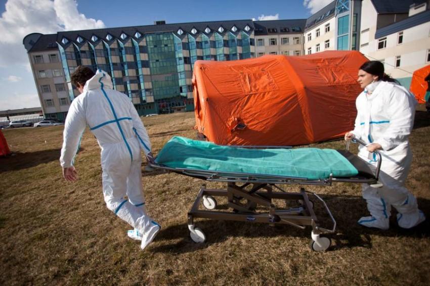 استعدادات طارئة لمواجهة كورونا في وارسو.(رويترز)