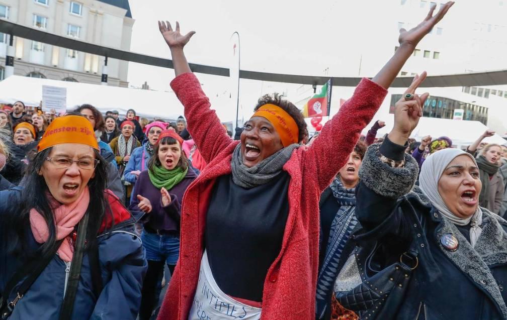 نساء حول العالم ما زلن يطالبن بحقوقهن. (رويترز)