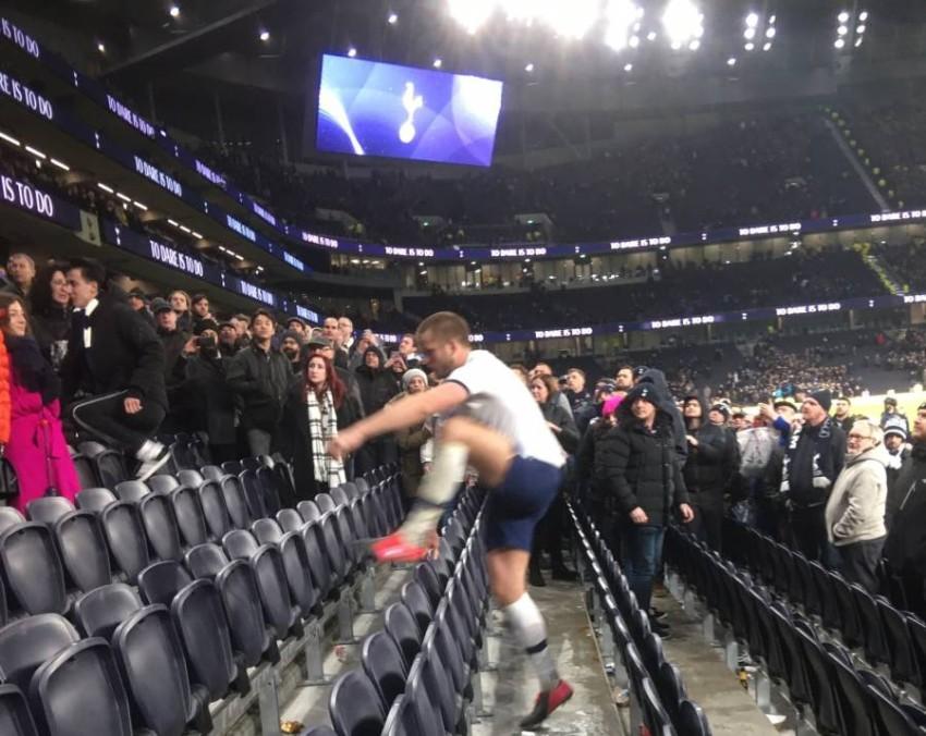إريك دير اقتحم مدرجات الملعب بعد المباراة. (الرؤية)