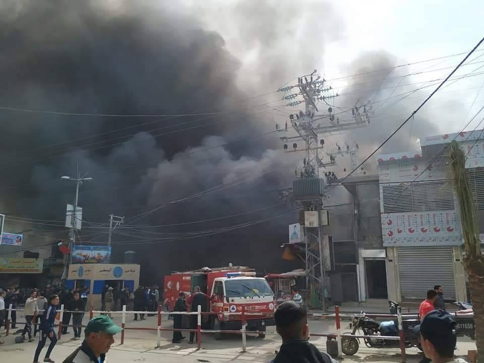 الدخان يتصاعد جراء حريق في سوق شعبي في غزة. (من المصدر)