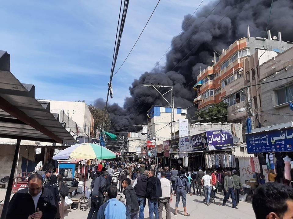 الدخان يتصاعد جراء حريق بسوق شعبية في غزة. (من المصدر)