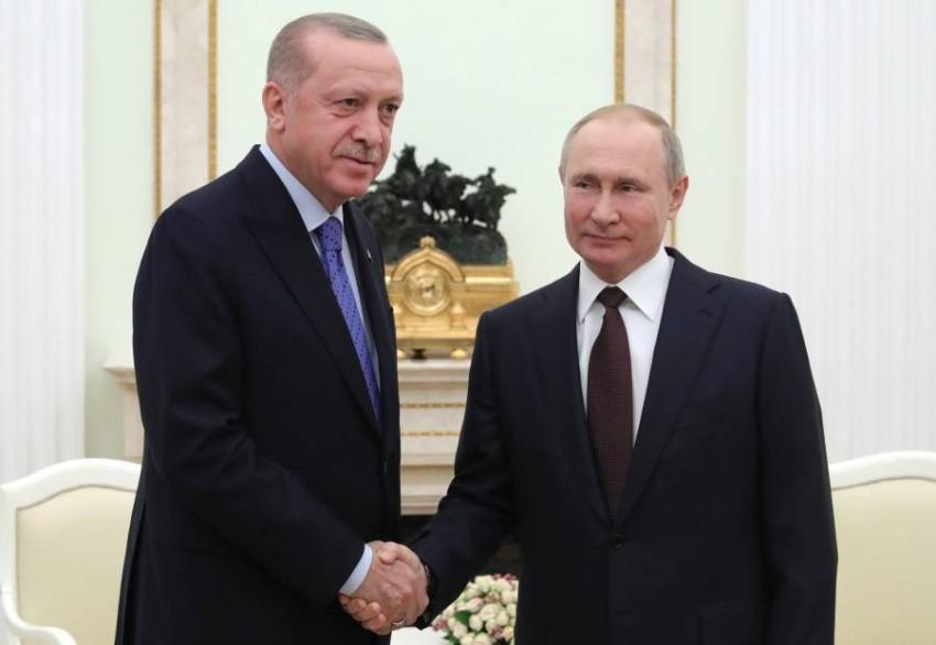 بوتين مصافحاً أردوغان في موسكو. (إي بي أيه)