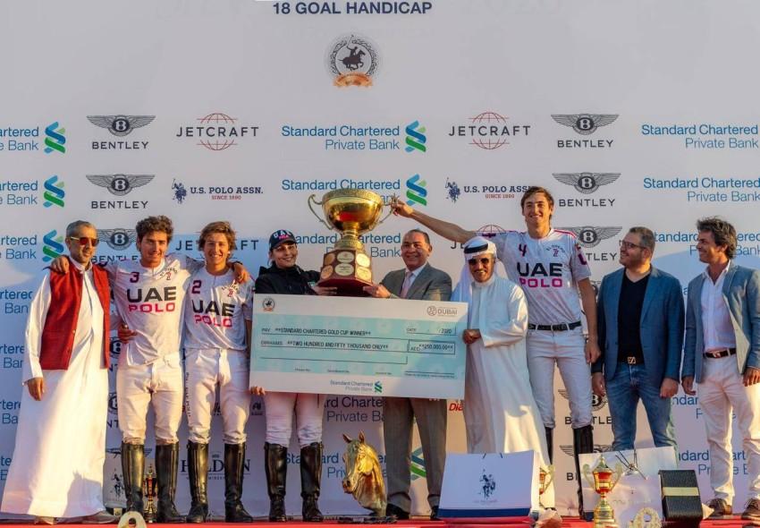 أثناء تتويج فريق الإمارات بالكأس والجائزة المالية.