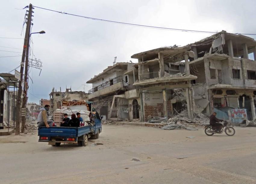 أهالي إدلب يعودون لمدينتهم المدمرة بعد اتفاق لوقف إطلاق النار. (أ ف ب)