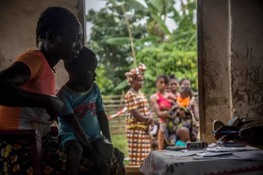 أطفال بانتظار اللقاح المكافح للحصبة. (أ ف ب)