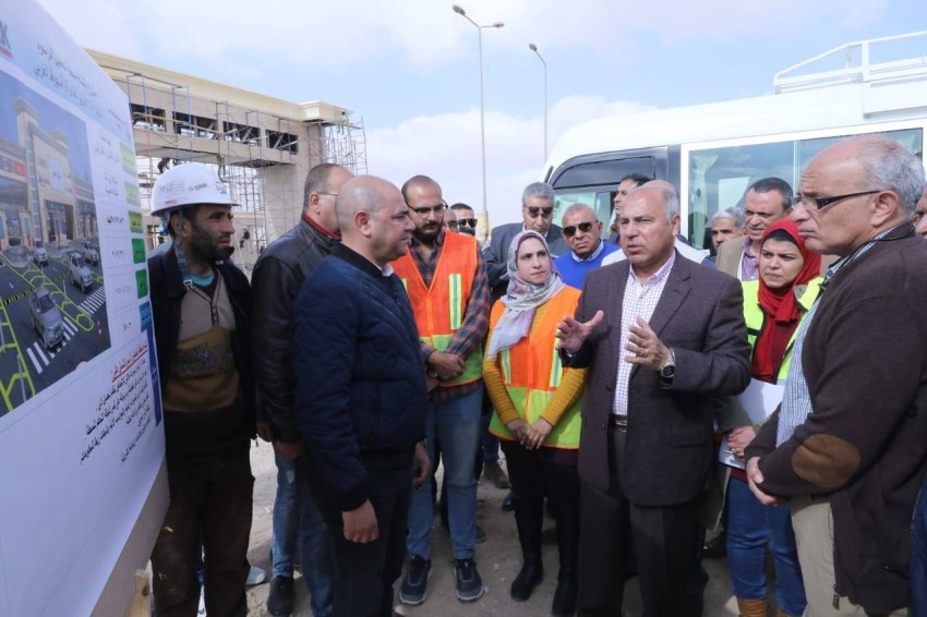 كامل الوزير خلال جولة تفقدية لمشاريع تطوير الطرق في مصر. (من المصدر)