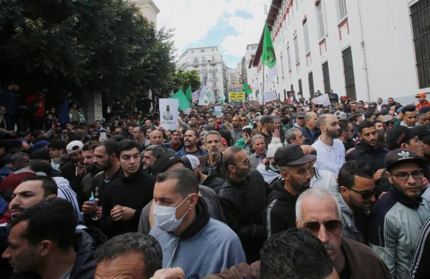 محتجون يشاركون في مسيرات الحراك بعد في العاصمة الجزائرية. (رويترز)