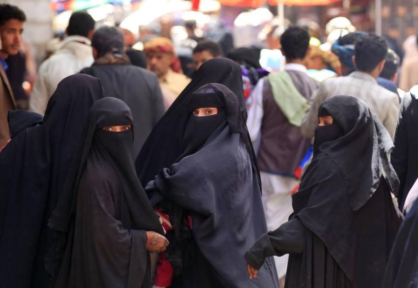 المرأة اليمنية تحمل العبء الأكبر لممارسات الميليشيات الانقلابية. (أ ف ب)
