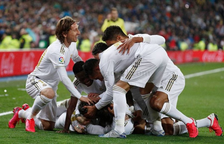 ريال مدريد يتطلع للبقاء في الصدارة أمام بيتيس. (أ ف ب)